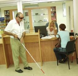 אדם מבוגר עיוור אוחז במקל הליכה לעיוורים